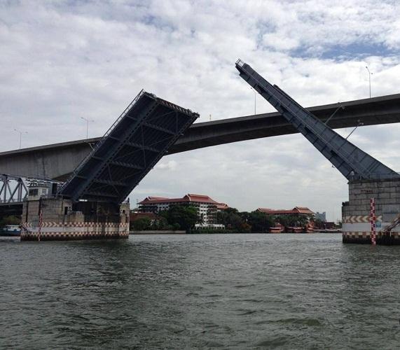 09.00 - 09.30 น. ปิดการจราจรบนสะพานกรุงเทพ