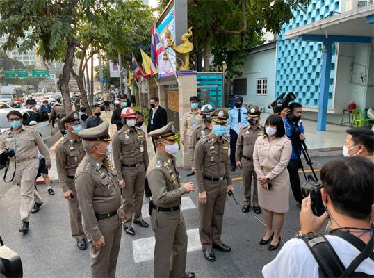 ตำรวจจัดกำลังอำนวยการจราจรหน้าโรงเรียนช่วงเปิดเรียนวันแรก